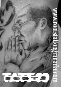 Tatuaje realista retrato brazo hombre Dalai Lama
