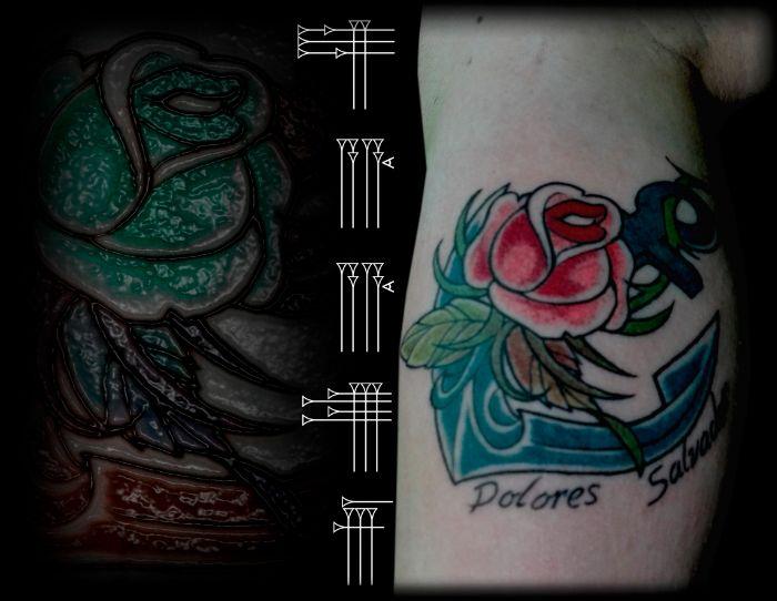 Tatuaje de mujer línea gruesa flor y nombres