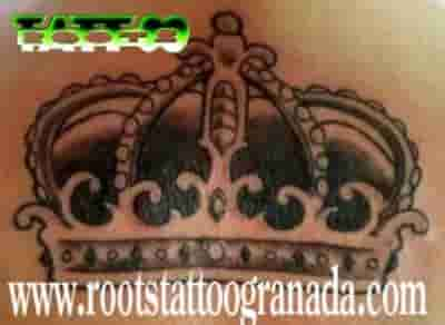 Corona tatuanda en sombras con detalles pequeños