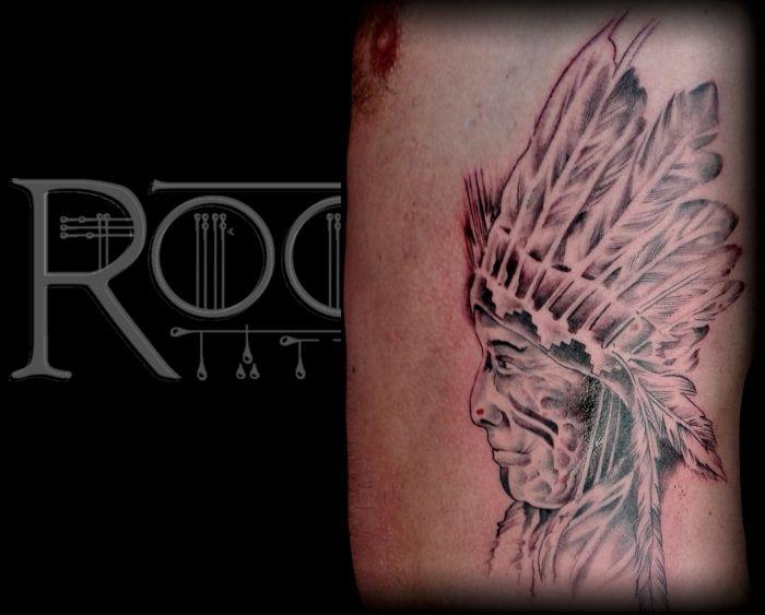 Tatuaje nativo americano en las costillas