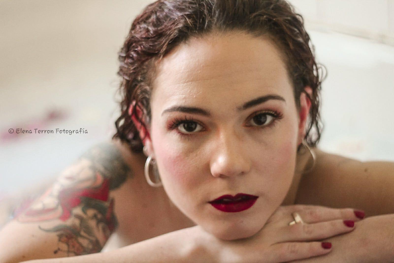 Hermosa joven en la bañera