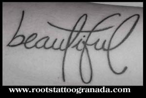 tatuaje letras, beautiful antebrazo chica, caligrafía tatuada, serafin rabe, roots tattoo granada
